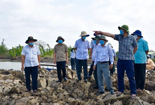 Đoàn khảo sát thực tế tuyến đê biển Tiểu Dừa thuộc xã Vân Khánh Tây, huyện An Minh (ảnh Cổng TTĐT Kiên Giang).