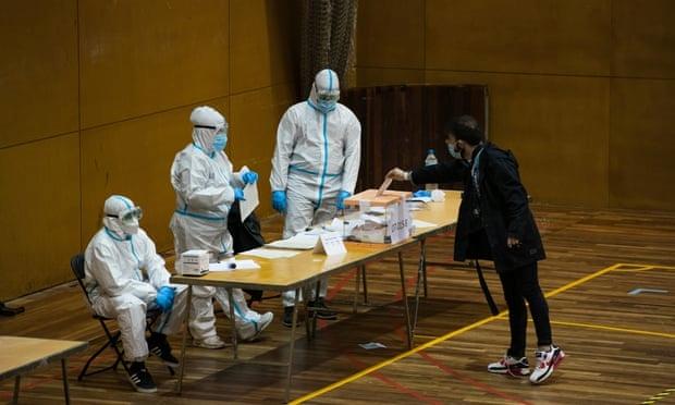 Người dân ở vùng Catalonia (Barcelona, Tây Ban Nha) tham gia bỏ phiếu ngày 14/2/2021 trong sự thận trọng với dịch COVID-19. (Ảnh: Getty Images)
