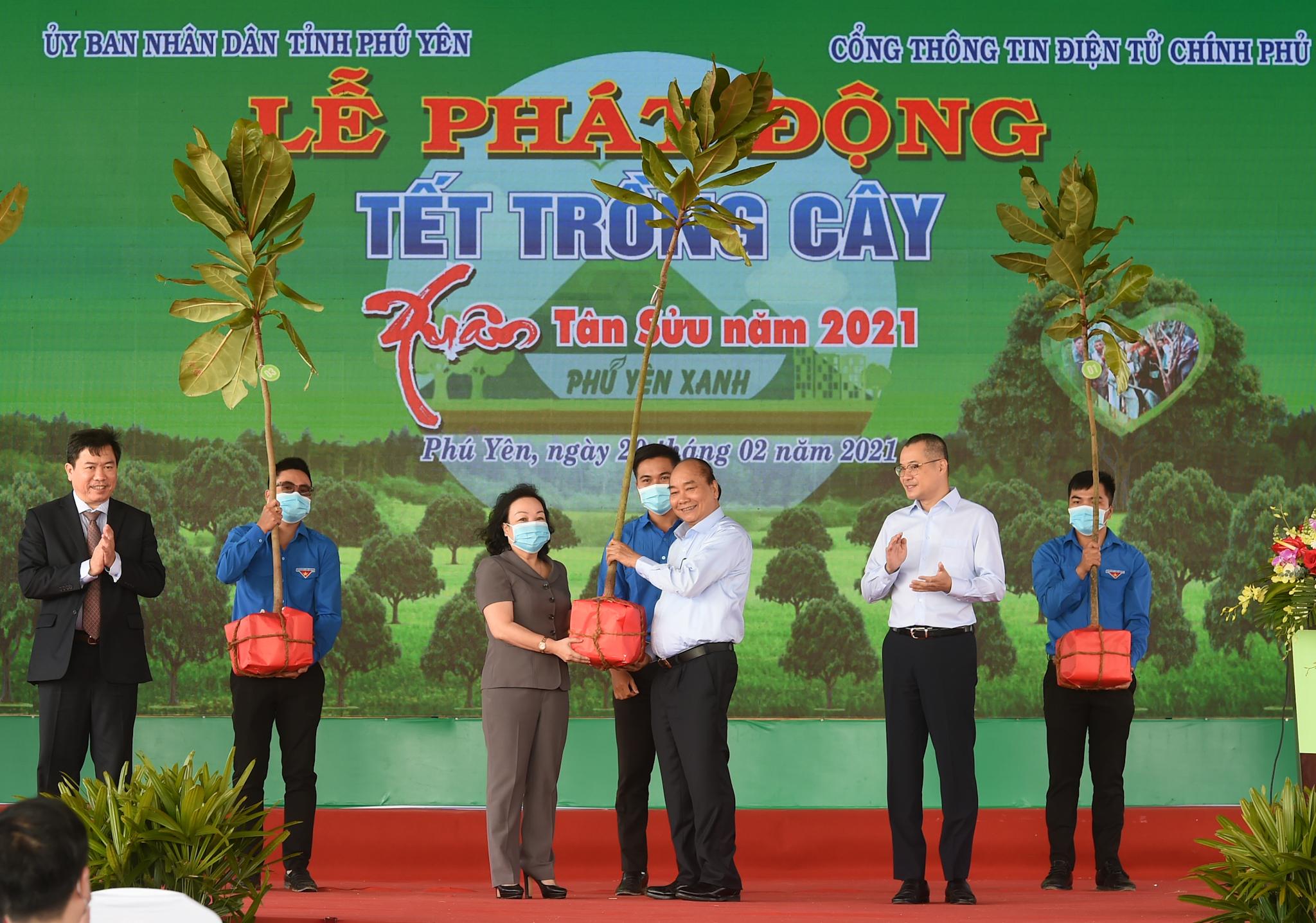 Thủ tướng Nguyễn Xuân Phúc trao tặng tỉnh Phú Yên cây bàng vuông, loại cây tượng trưng cho sức sống bền bỉ và kiên cường nơi sóng gió. (Ảnh: VGP/Quang Hiếu)