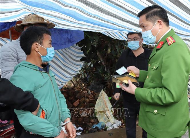 Đối tượng Giàng A Dao bị bắt giữ cùng tang vật khi đang vận chuyển ma túy đi tiêu thụ. Ảnh: TTXVN