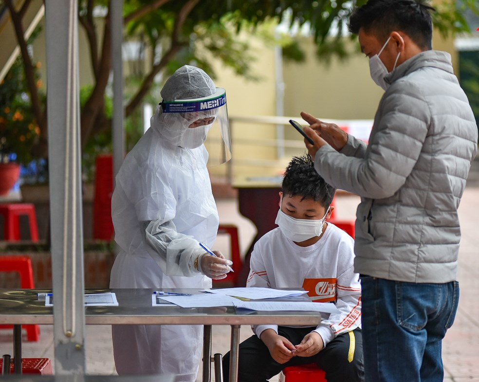Chiều 18/2, gần 2.000 người dân đã đến Trạm y tế Cầu Diễn (quận Nam Từ Liêm) để lấy mẫu xét nghiệm COVID-19.
