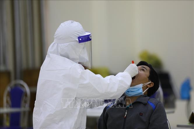 Hà Nội lấy mẫu xét nghiệm cho người về từ các vùng có dịch COVID-19. Ảnh: TTXVN