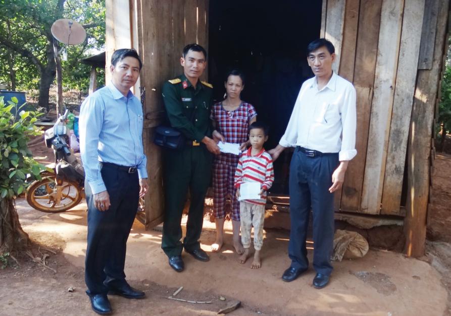 Trung úy Nguyễn Trung Hải cùng chính quyền địa phương hỗ trợ những người có hoàn cảnh khó khăn