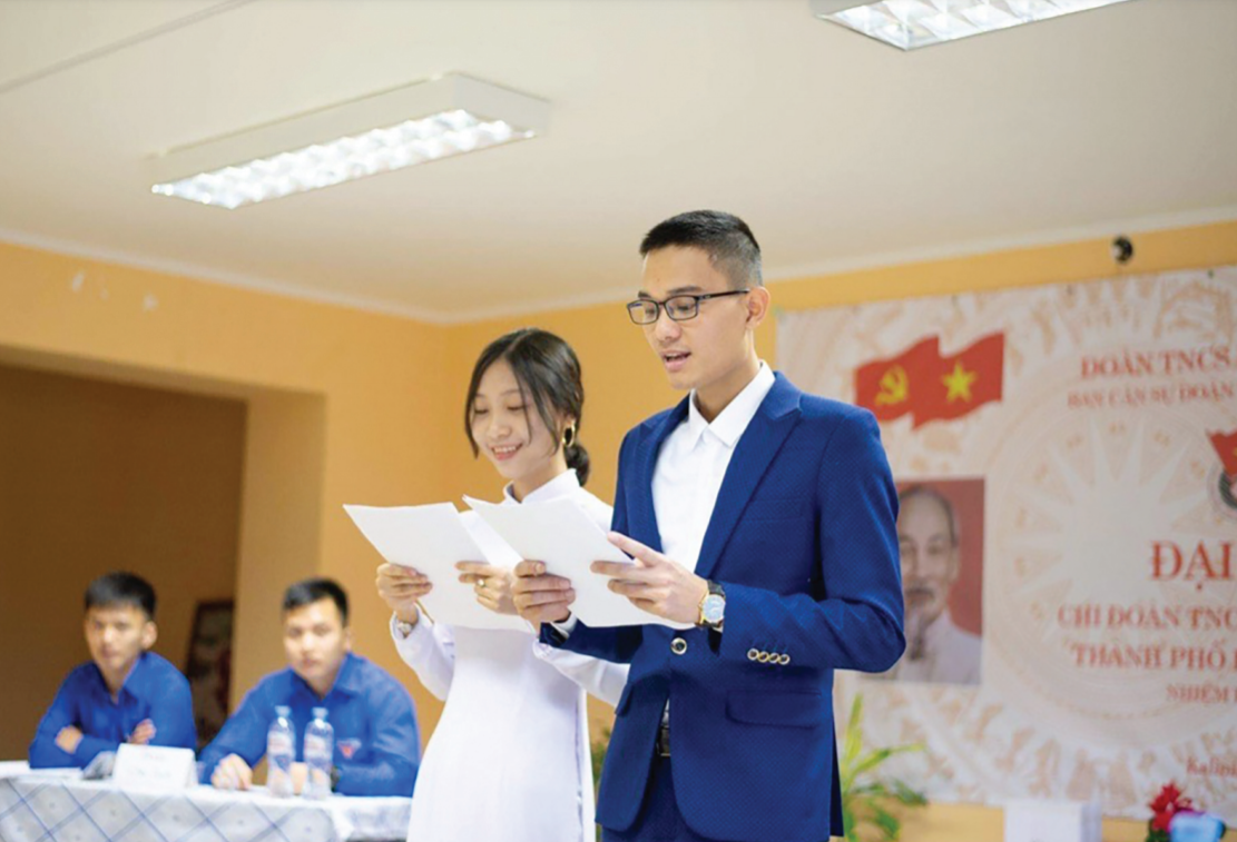 Trương Ngô Minh Thư mặc áo dài trong các hoạt động, mang hình ảnh người phụ nữ Việt Nam đến bạn bè quốc tế