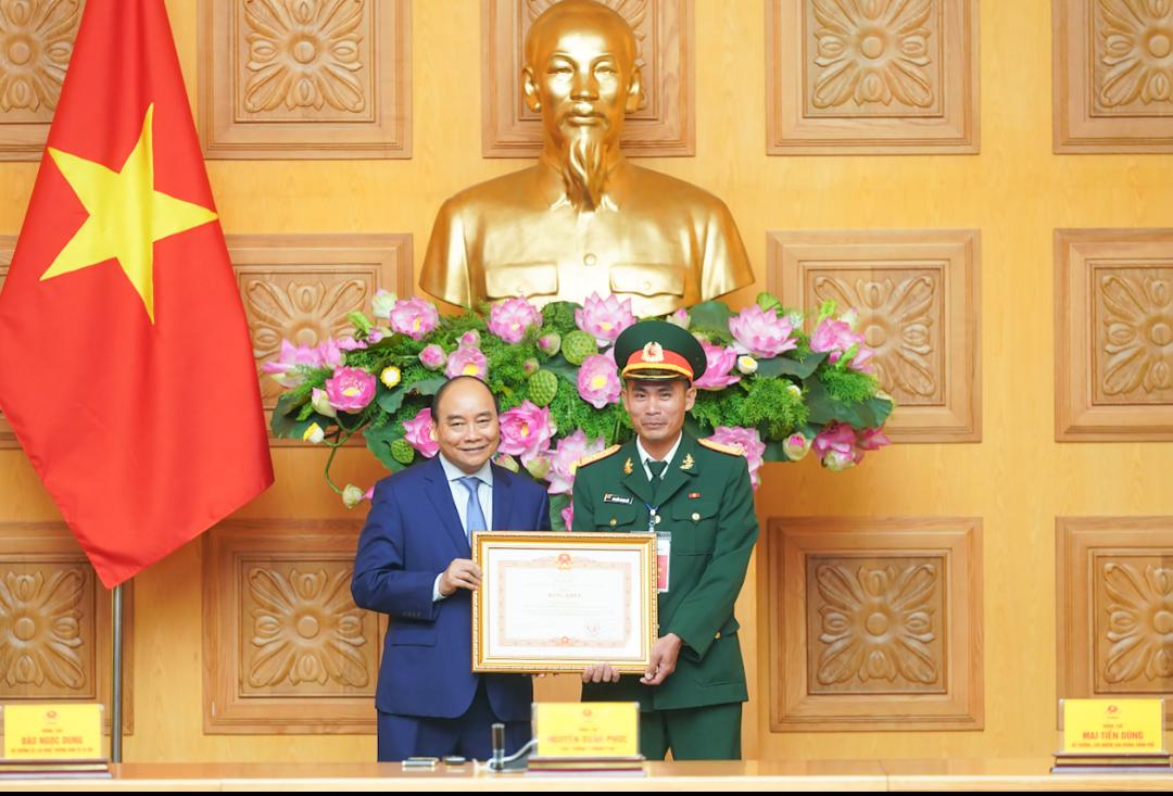 Trung úy Nguyễn Trung Hải được Thủ tướng Chính phủ Nguyễn Xuân Phúc tặng Bằng khen