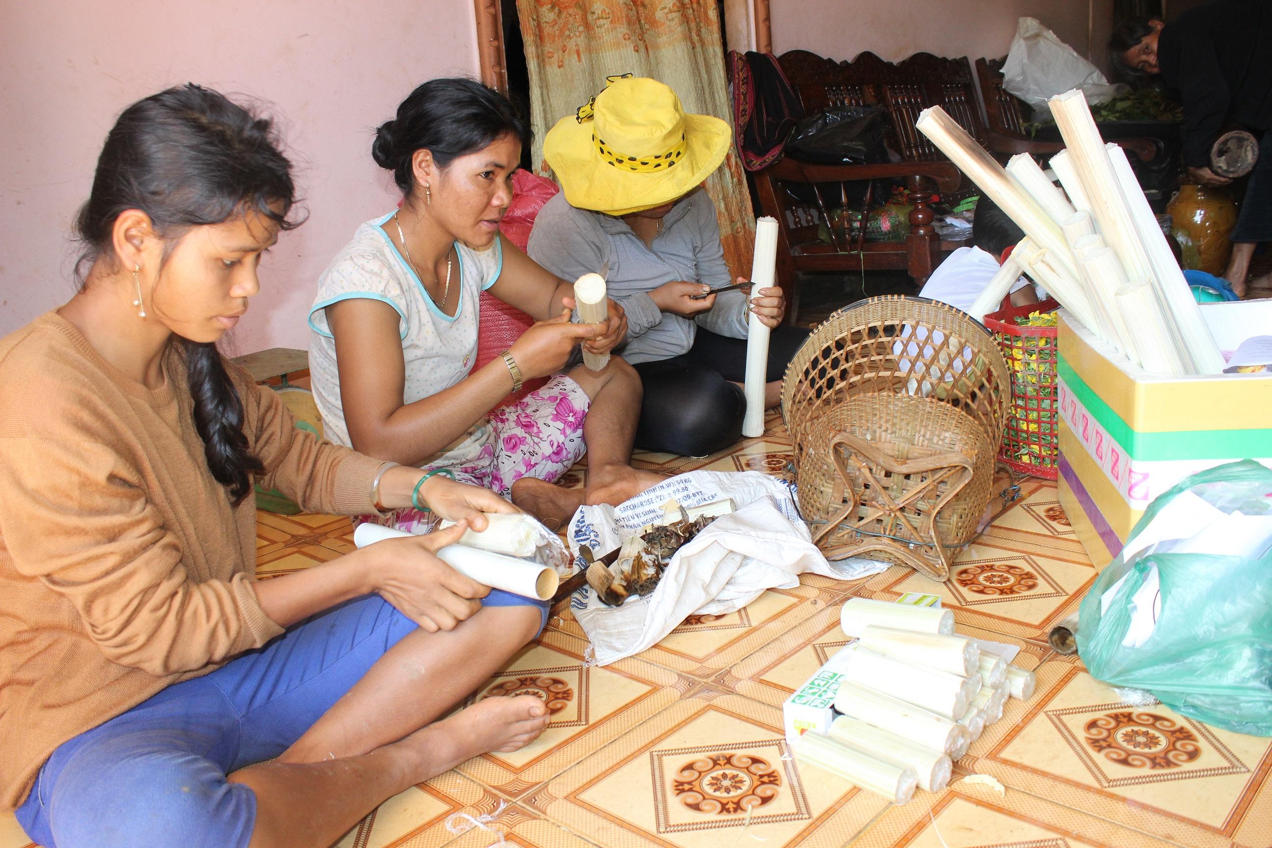 Gia đình chị Điểu Thị Xia làm cơm lam phục vụ du khách
