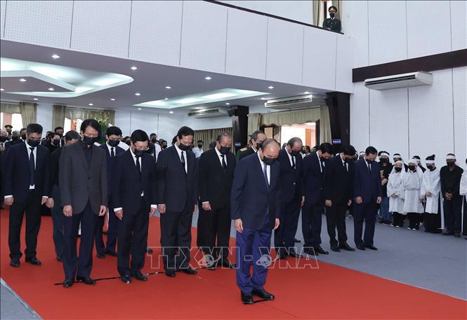 Đoàn đại biểu Chính phủ do Thủ tướng Nguyễn Xuân Phúc dẫn đầu viếng đồng chí Trương Vĩnh Trọng. Ảnh: Thống Nhất/TTXVN