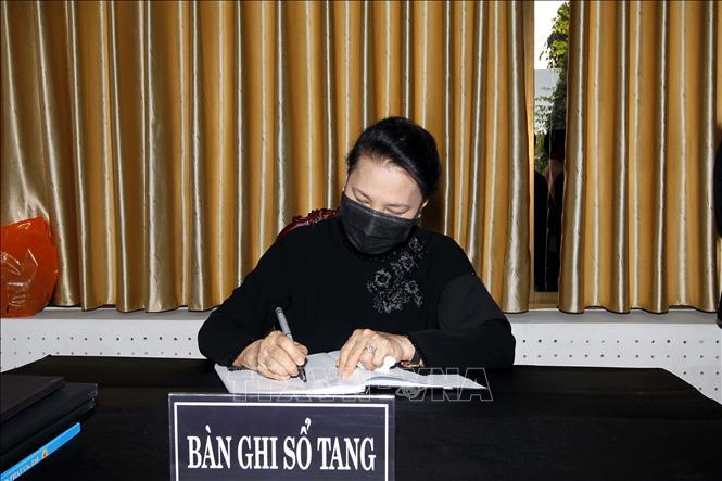 Chủ tịch Quốc hội Nguyễn Thị Kim Ngân ghi sổ tang viếng đồng chí Trương Vĩnh Trọng. Ảnh: Thanh Vũ/TTXVN