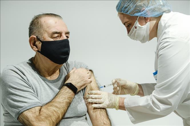 hân viên y tế tiêm vaccine phòng COVID-19 cho người dân tại Moskva, Nga, ngày 22/1/2021. Ảnh: THX/TTXVN
