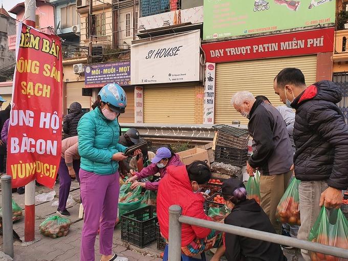 Người dân mua ủng hộ nông sản Hải Dương lúc 7h sáng 21/2 tại 38 Giải Phóng (Hà Nội).