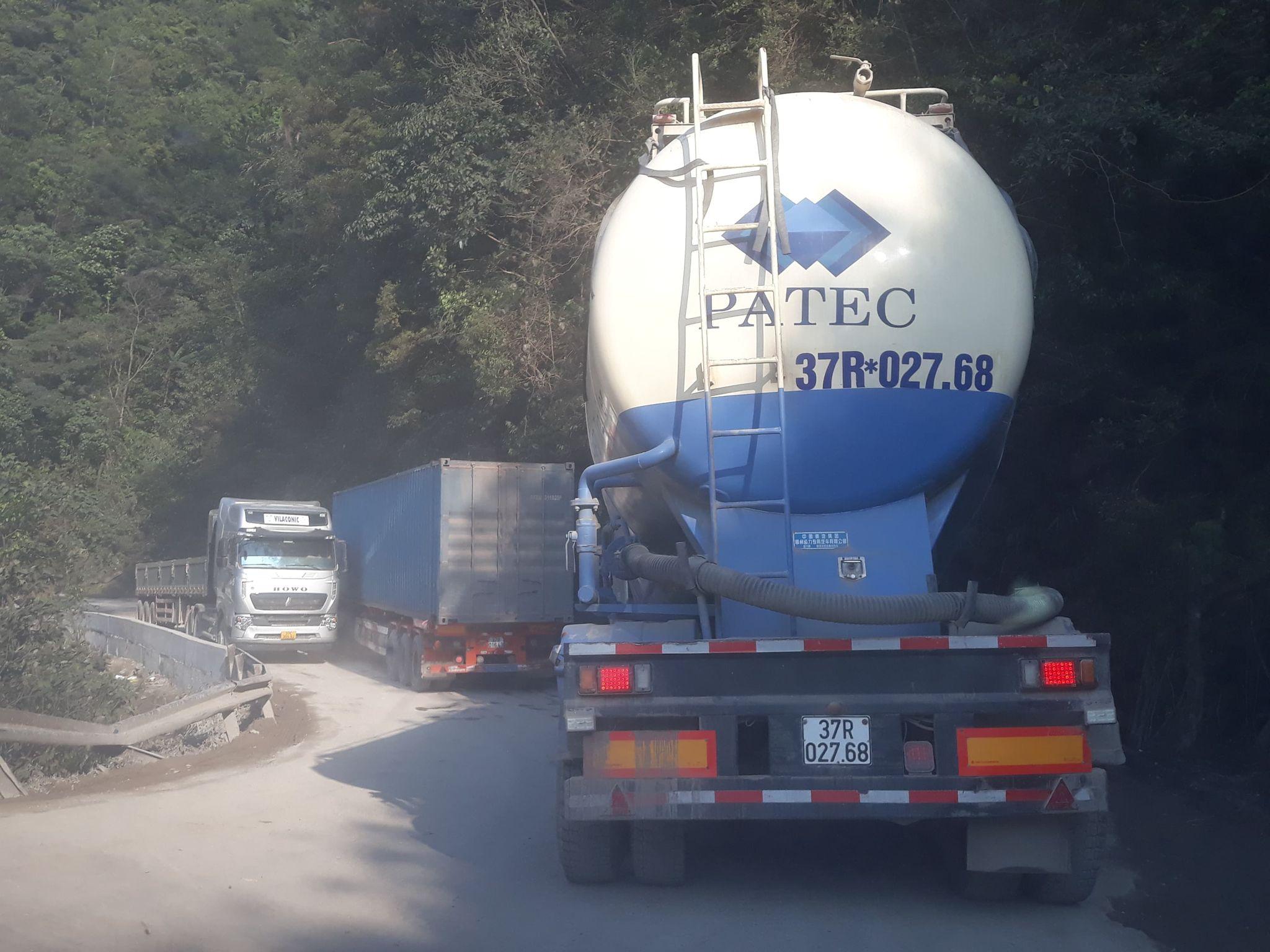 Chỉ hai chiếc xe tải hạng nặng là mặt đường đã không còn chỗ trống