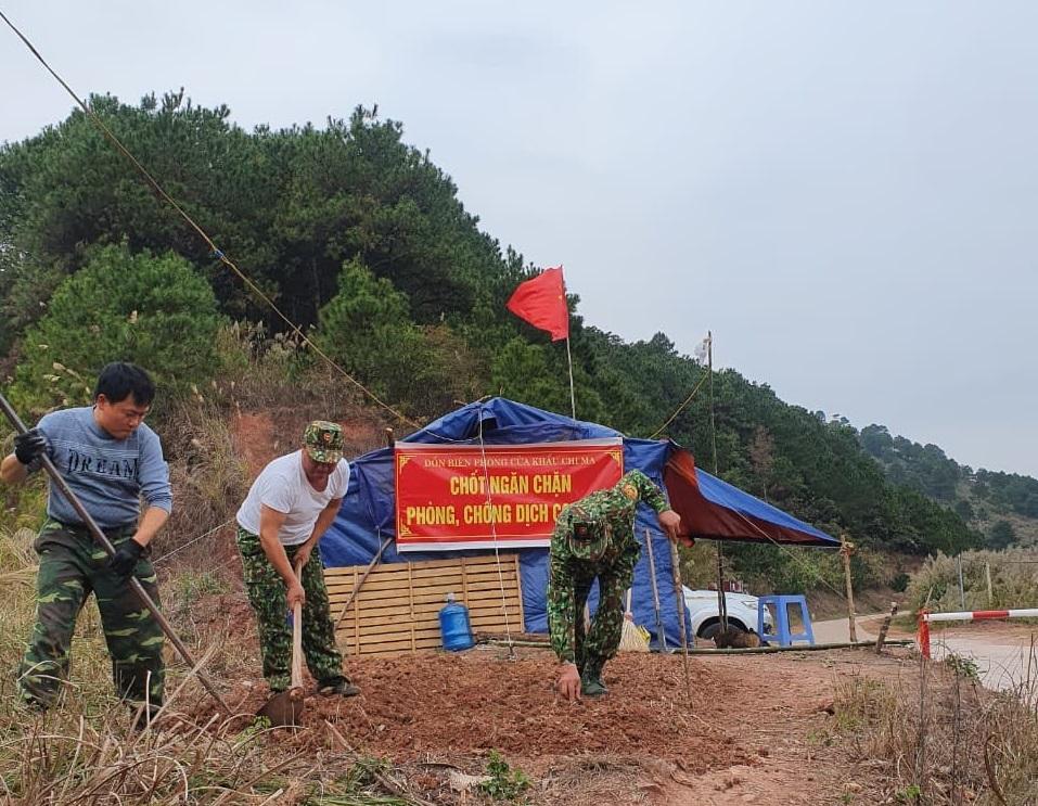 Bộ đội Biên phòng lập chốt kiểm dịch và ngăn chặn người xuất, nhập cảnh trái phép