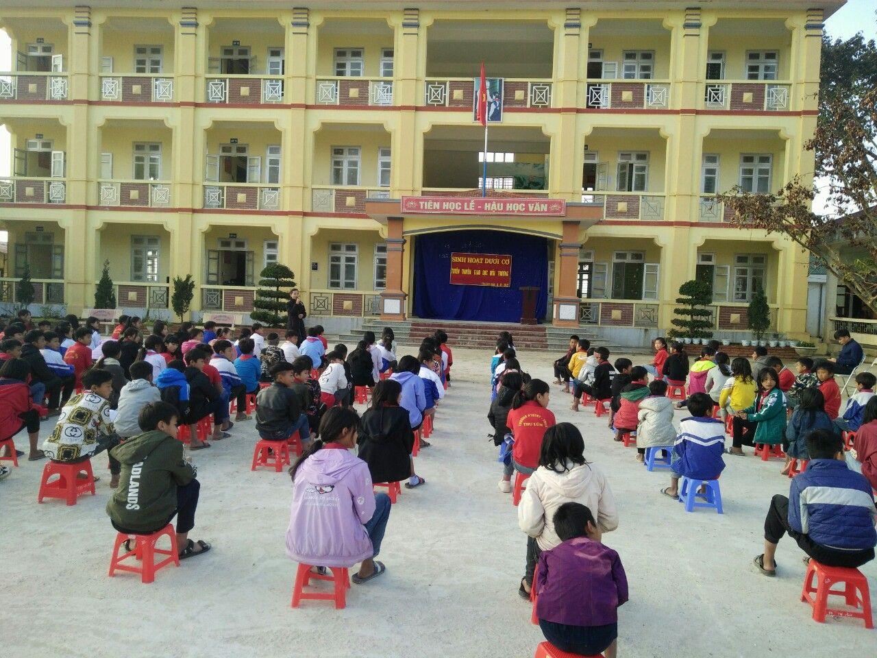 Học sinh Trường Thu Lũm Tuyên truyền giáo dục môi trường.