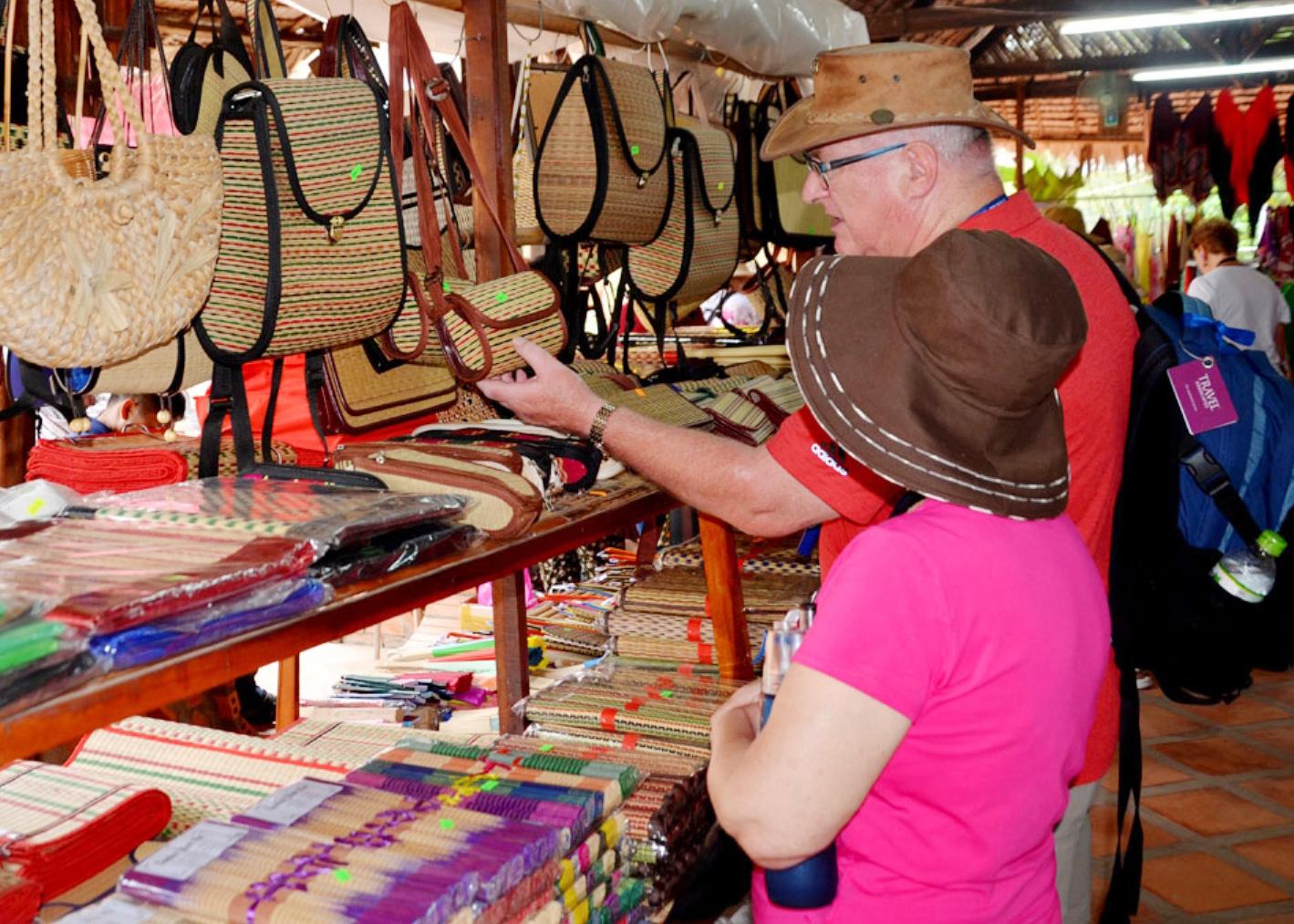 Gắn phát triển làng nghề với khai thác du lịch, các cơ sở dệt chiếu ở Tân Châu còn đón nhiều du khách đến tham quan, trải nghiệm quy trình làm chiếu Uzu.
