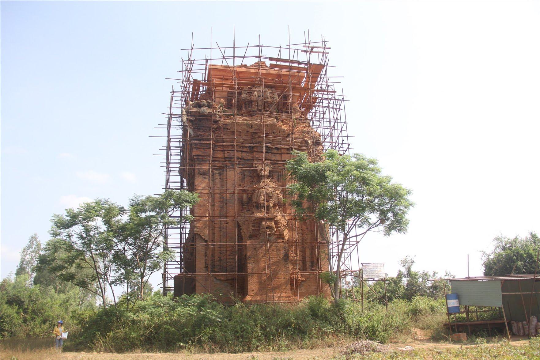 Di sản tháp Chăm 900 tuổi ở Bình Định xuống cấp nghiêm trọng