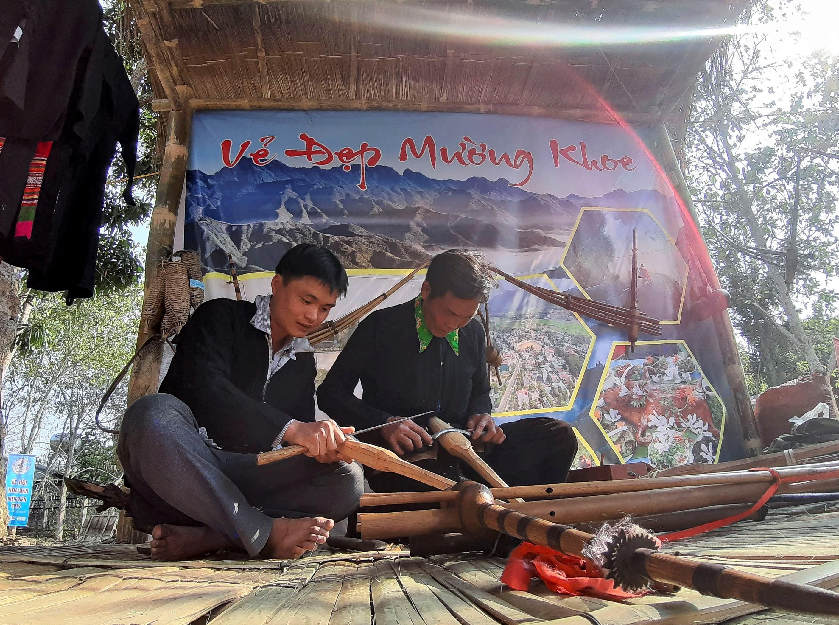 Lớp trẻ học cách chế tác khèn Mông.
