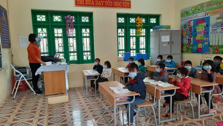 Giáo viên và học sinh thực hiện đeo khẩu trang, giữ khoảng cách trong quá trình dạy và học.