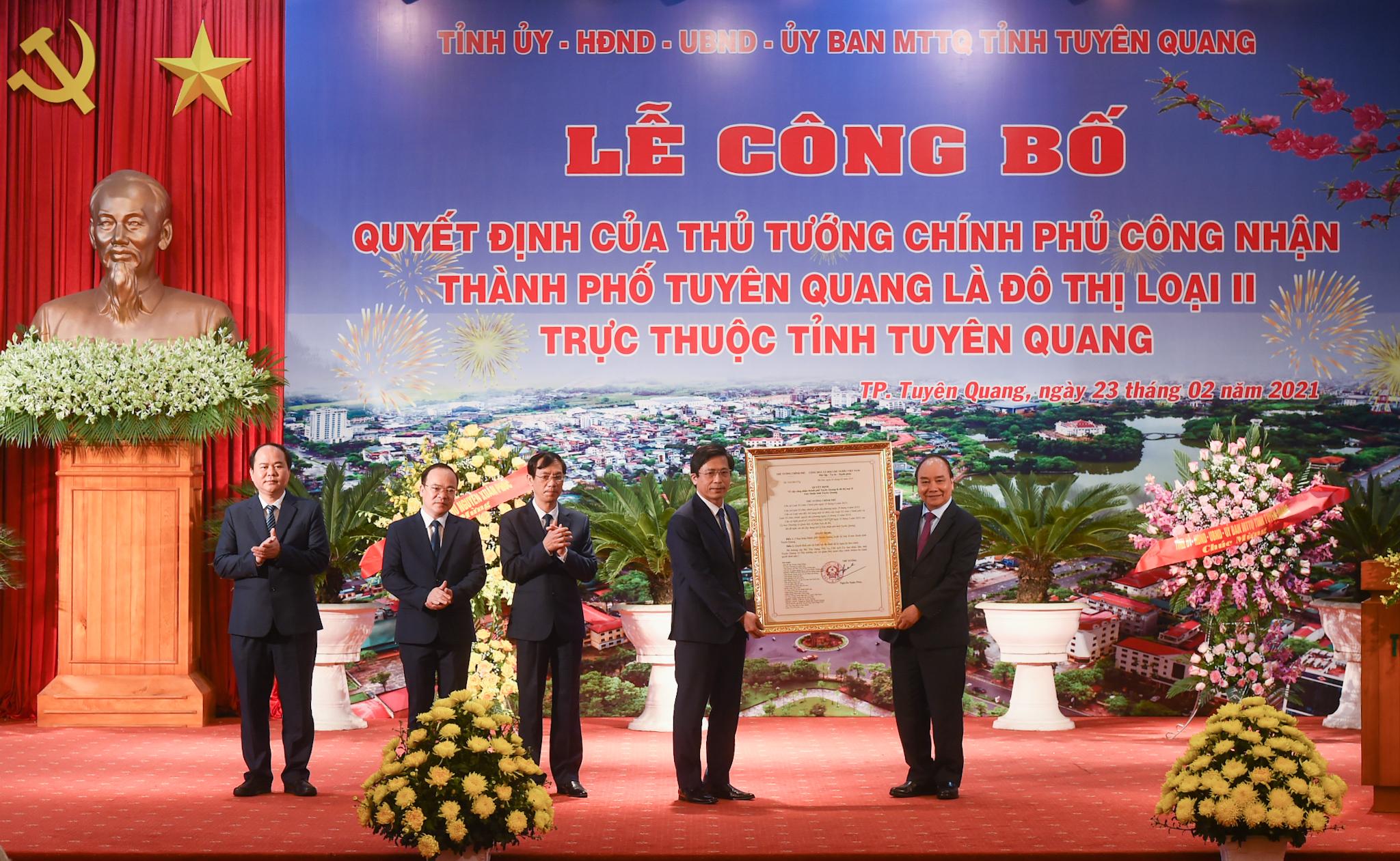 Thủ tướng trao Quyết định công nhận thành phố Tuyên Quang là đô thị loại II trực thuộc tỉnh Tuyên Quang. Ảnh VGP/Quang Hiếu