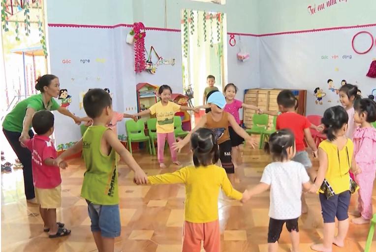 Cô giáo Minh với công việc hằng ngày ở điểm trường mầm non.