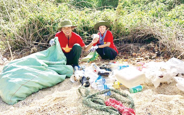 Vợ chồng anh Nguyễn Văn Thắng - chị Nguyễn Thị Thu Cúc trong một lần thu gom rác tại Hòn Bà.