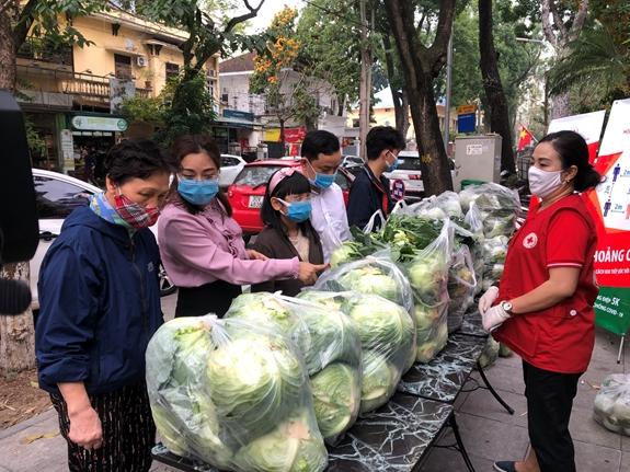 Đại diện lãnh đạo Trung ương Hội Chữ thập đỏ Việt Nam tại lễ phát động chiến dịch sáng 23/2.