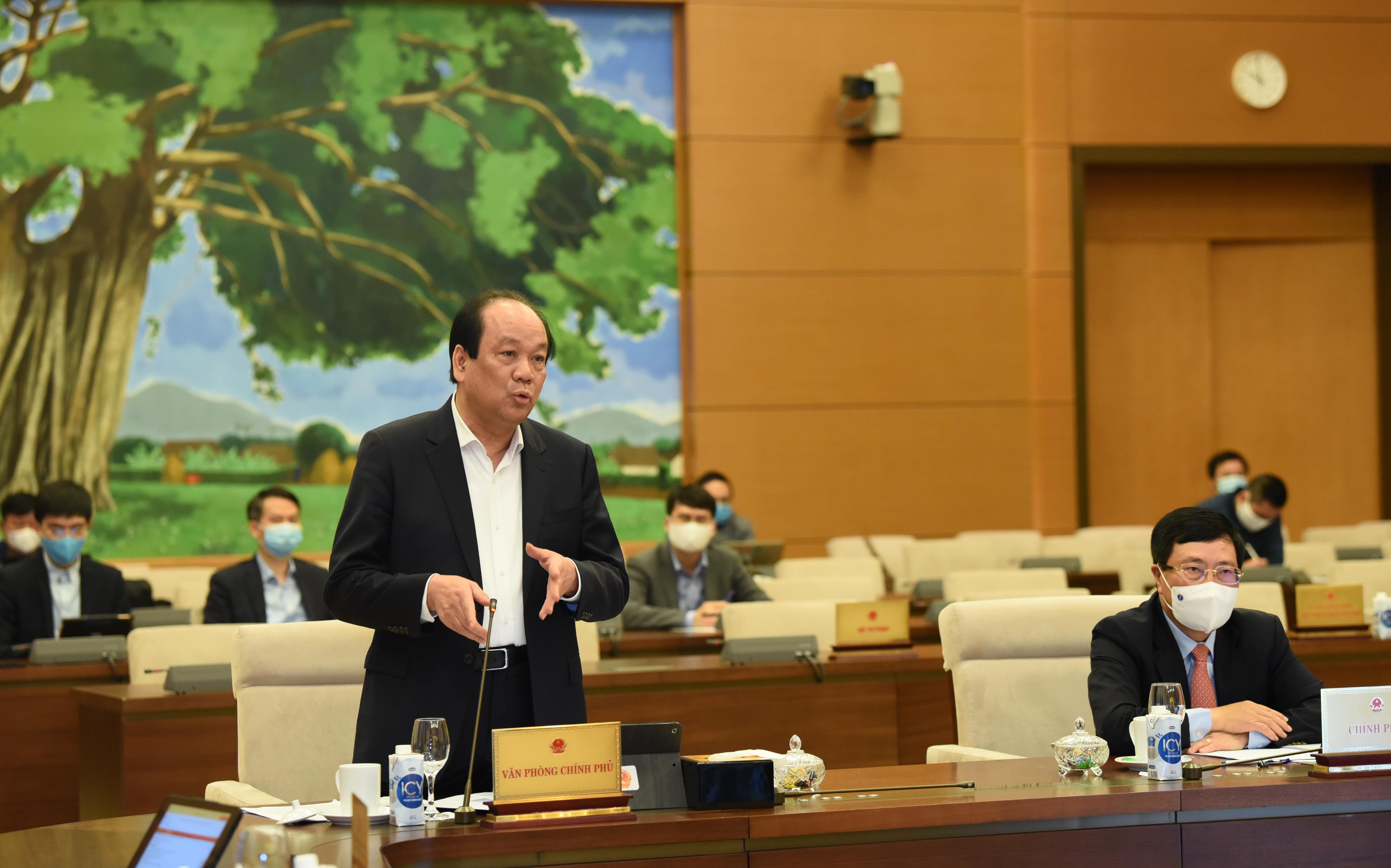 Bộ trưởng, Chủ nhiệm VPCP Mai Tiến Dũng báo cáo trước UBTVQH. Ảnh: VGP/ Lê Sơn