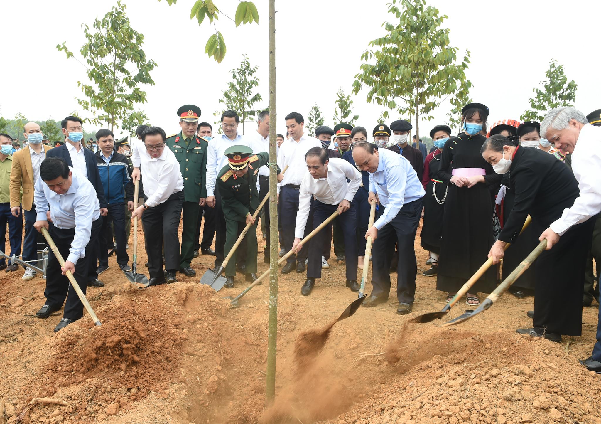 Thủ tướng Nguyễn Xuân Phúc, Bí thư Trung ương Đảng, Bộ trưởng, Chủ nhiệm Ủy ban Dân tộc Đỗ Văn Chiến dự Tết trồng cây hưởng ứng Chương trình trồng 1 tỷ cây xanh (Ảnh Quang Hiếu)