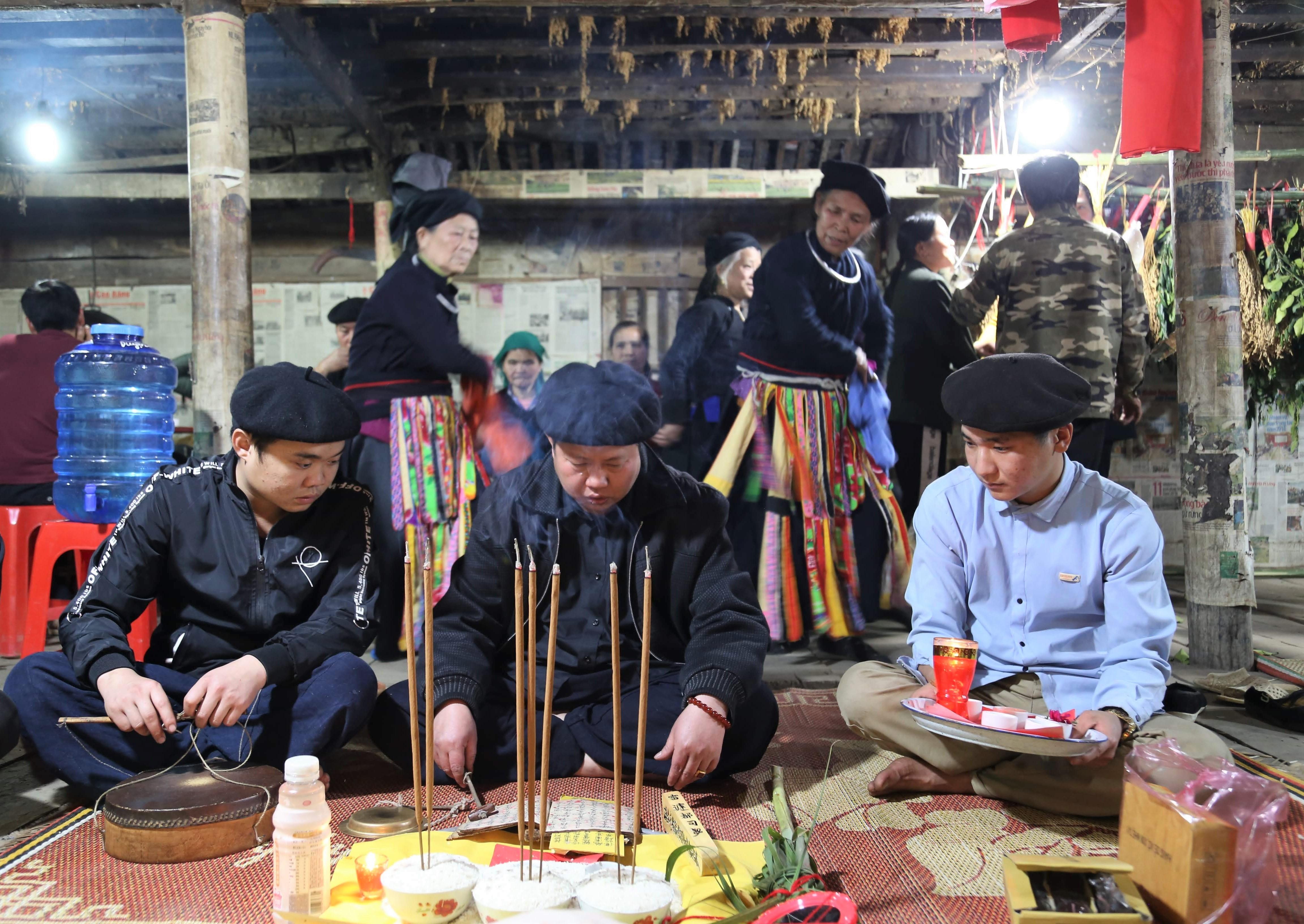 Thầy tào trẻ tuổi Lãnh Sinh Trưởng (ngoài cùng bên phải) đang được thực hiện nghi lễ cấp sắc.