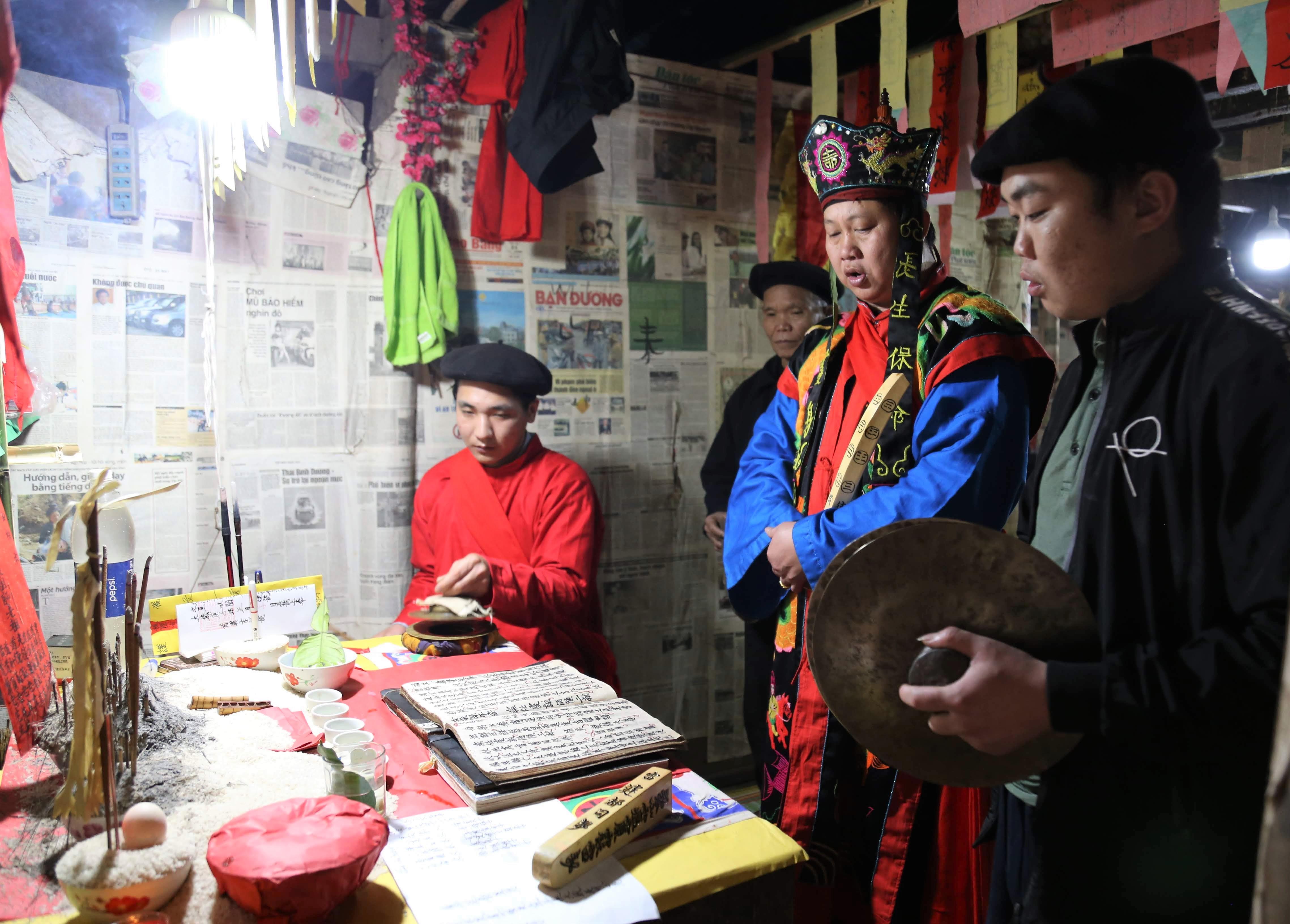 Thầy tào chính chủ trì buổi lễ và cũng là sư phụ của thầy tào trẻ Lãnh Sinh Trưởng.