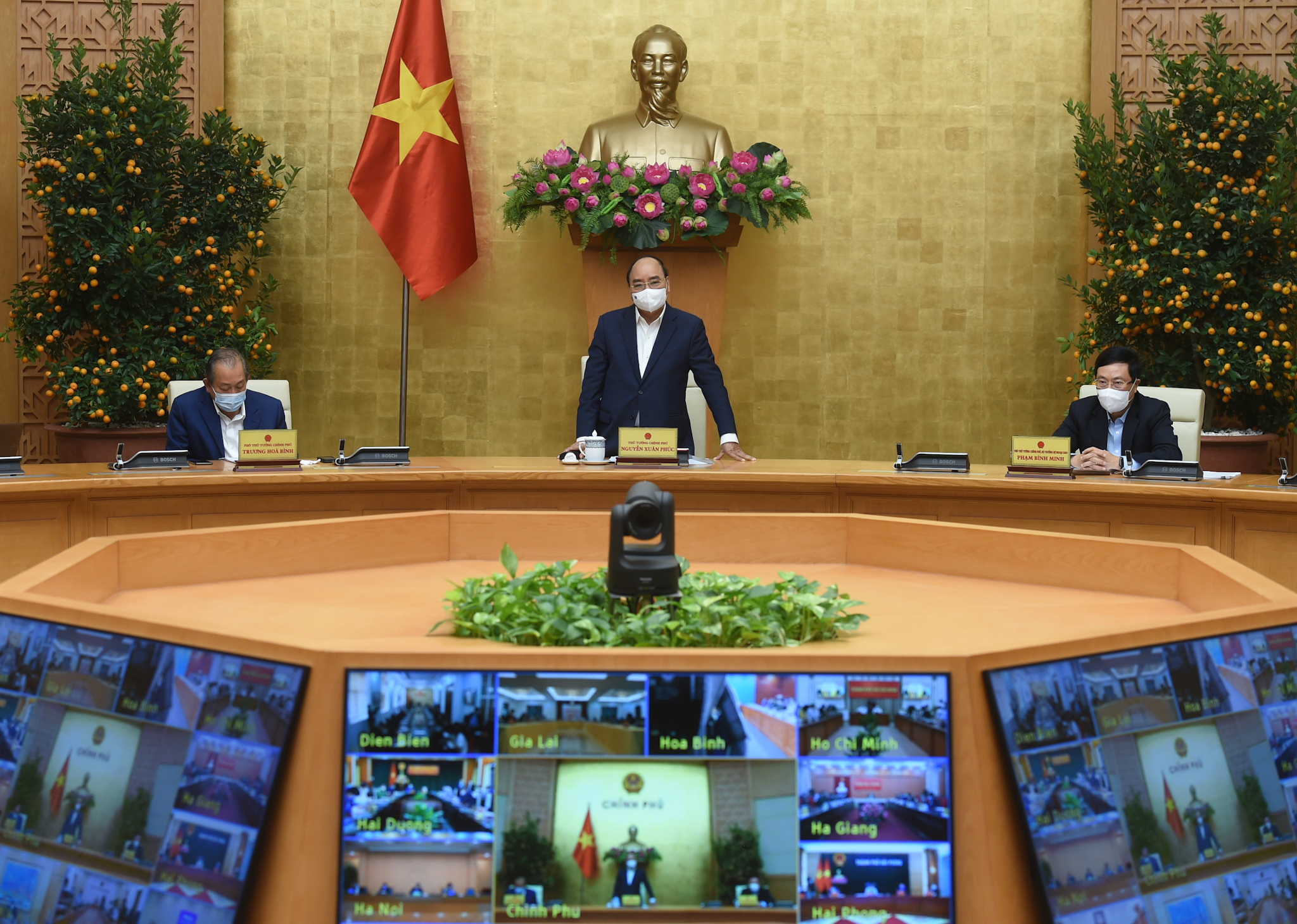 Thủ tướng đánh giá cao nỗ lực của Bộ Y tế thực hiện nghiêm túc yêu cầu của Bộ Chính trị, của Thủ tướng Chính phủ khi gần 117.000 liều vaccine đã về đến Việt Nam để sớm đưa vào tiêm chủng cho người dân. Ảnh: VGP/Quang Hiếu