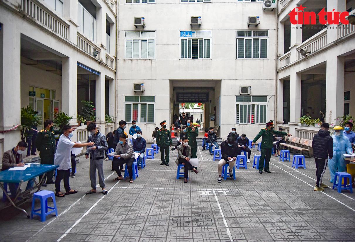 82 thanh niên trúng tuyển của quận Long Biên đã được xét nghiệm miễn phí COVID-19. Ảnh: Trung Nguyên/ báo Tin tức.