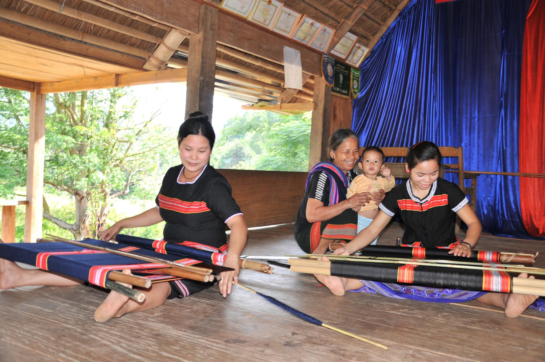 Phụ nữ Cơ Tu dệt thổ cẩm truyền thống.