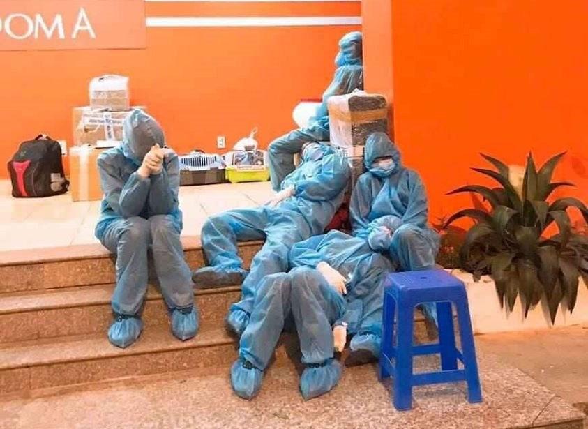 Những nhân viên y tế tranh thủ chợp mắt sau ca trực.