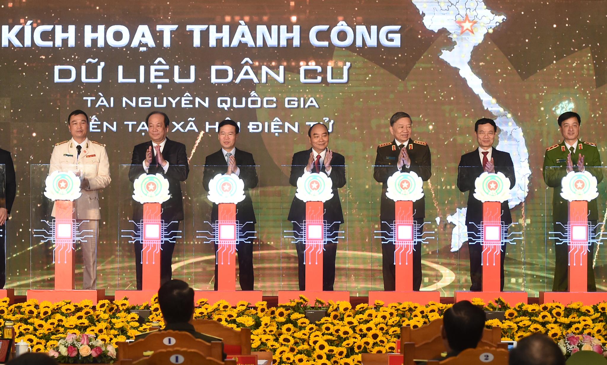 Thủ tướng Nguyễn Xuân Phúc cùng các đại biểu thực hiện nghi thức khai trương hệ thống cơ sở dữ liệu quốc gia về dân cư và hệ thống sản xuất cấp và quản lý căn cước công dân. Ảnh VGP/Quang Hiếu