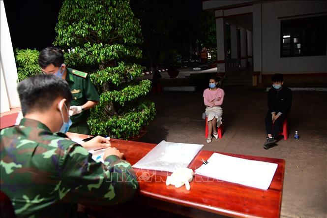 Lực lượng chức năng làm việc với các đối tượng bị bắt giữ khi nhập cảnh trái phép vào Việt Nam. Ảnh: Hồng Ánh/TTXVN phát