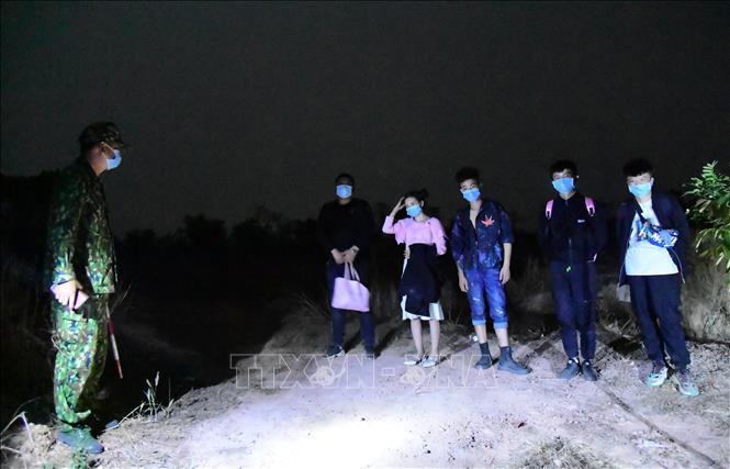 Các đối tượng bị lực lượng chức năng bắt giữ khi nhập cảnh trái phép vào Việt Nam. Ảnh: Hồng Ánh/TTXVN phát