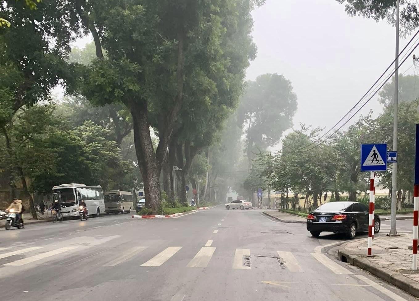 Thủ đô Hà Nội nhiều mây, đêm và sáng có mưa nhỏ ( Ảnh Băng Ngân)