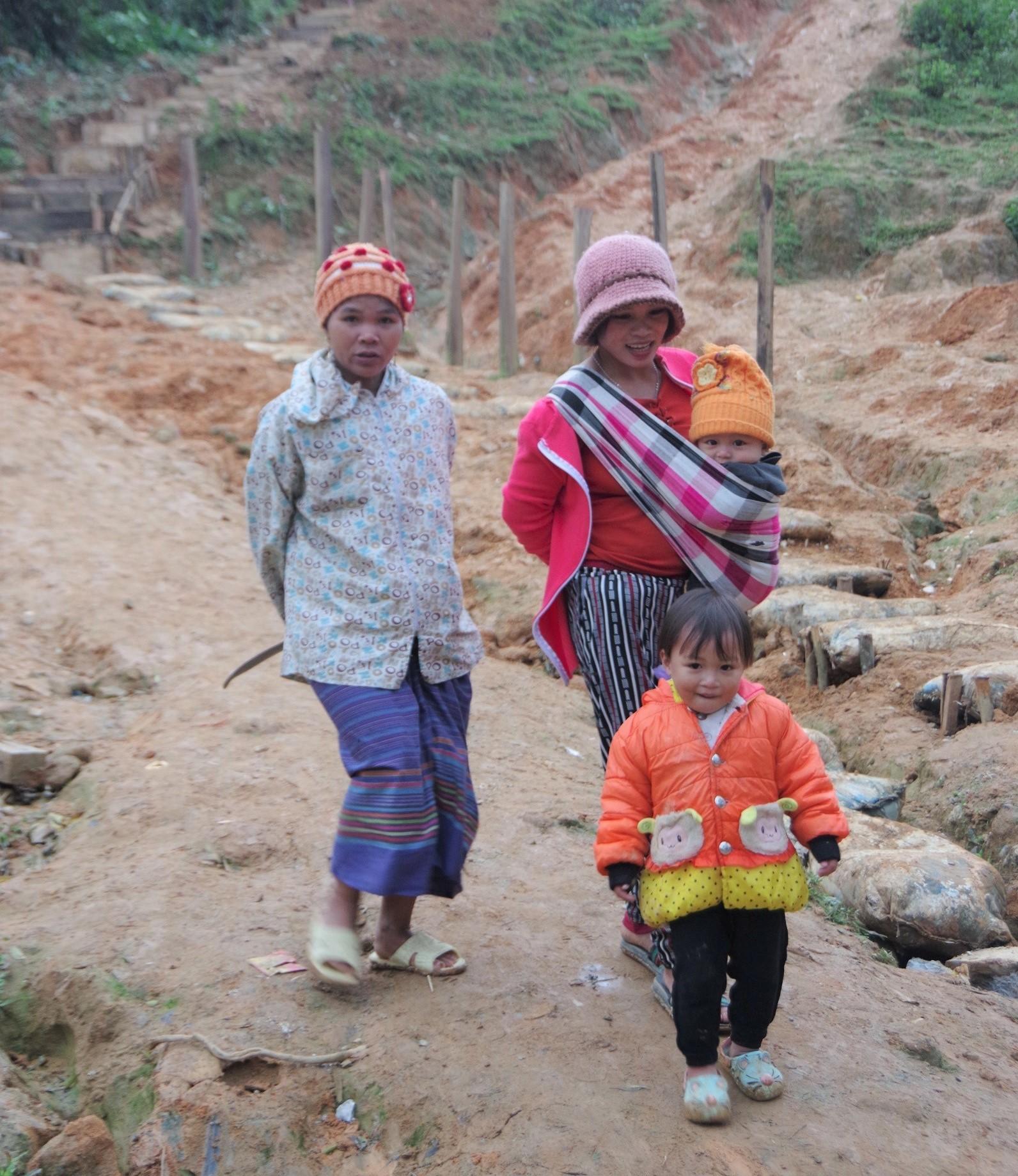 Phụ nữ dân tộc Chứt thường lấy chồng sớm. Ở đây có phong tục khi sinh con, vợ chồng phải làm một cái chòi cạnh nhà, sau khi sinh 3 ngày mới được về nhà