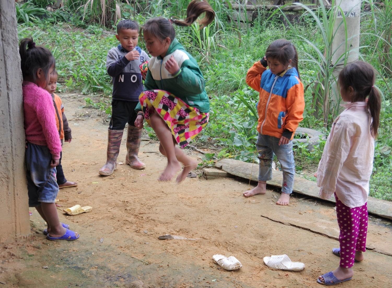 Các bé gái dân tộc Chứt chơi trò nhảy dây.