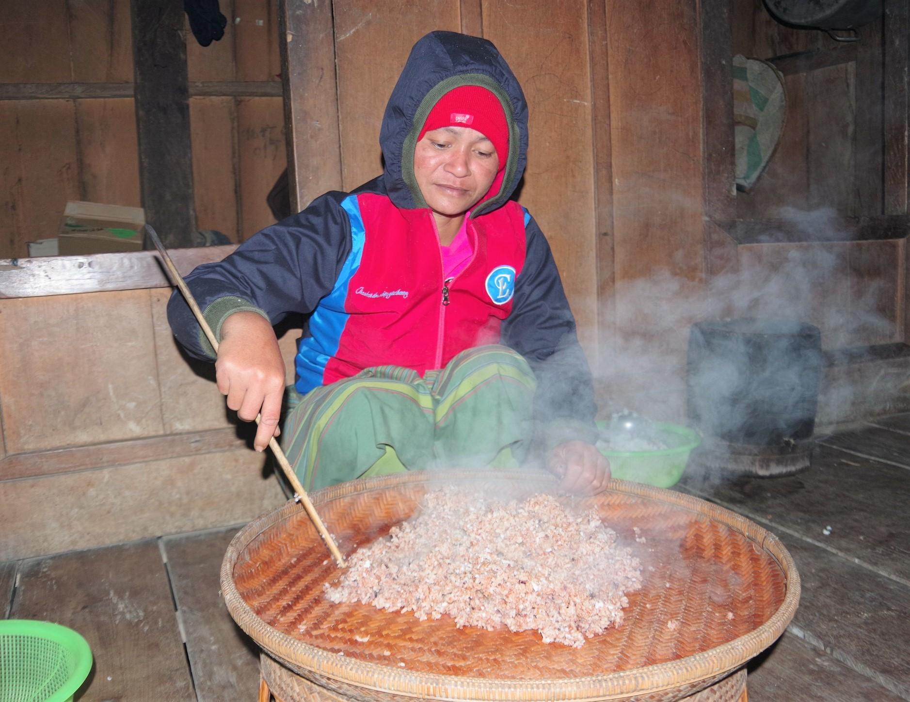 Người phụ nữ dân tộc Chứt đang nấu xôi.