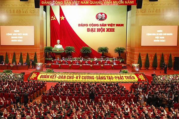 Các đại biểu biểu quyết, thông qua Nghị quyết Đại hội XIII của Đảng. (Ảnh: TTXVN)