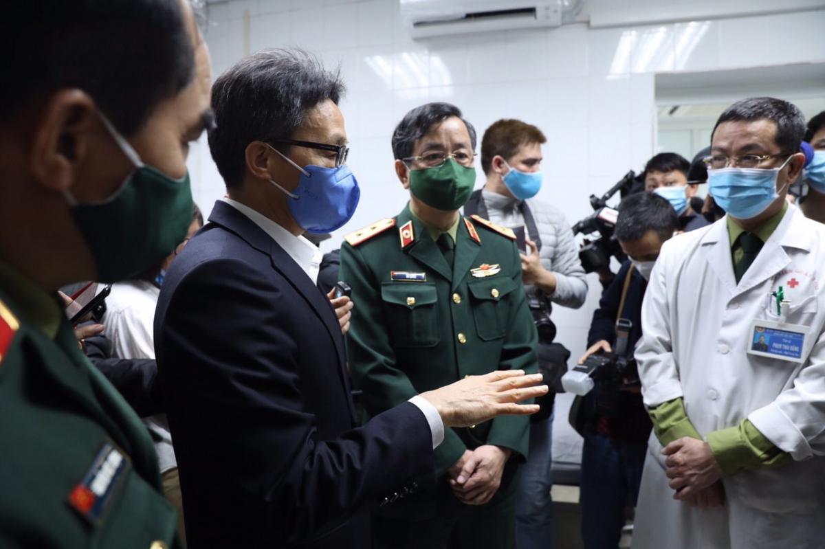 Phó Thủ tướng Vũ Đức Đam tới động viên các tình nguyện viên và lực lượng tham gia nghiên cứu vaccine tại Học viện Quân Y