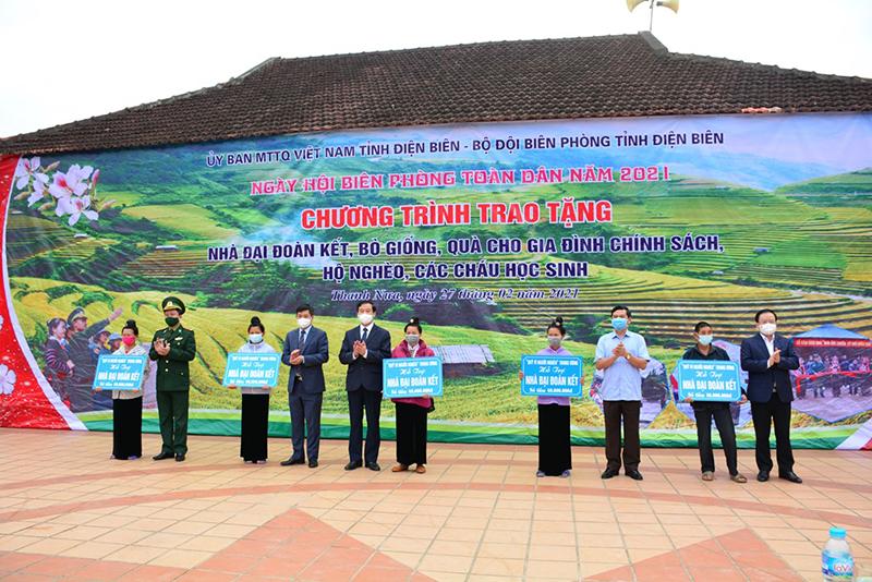 Các đồng chí lãnh đạo Tỉnh ủy, HĐND, UBND, Ủy ban MTTQ Việt Nam tỉnh Điện Biên và lãnh đạo Bộ Chỉ huy BĐBP Điện Biên trao nhà Đại đoàn kết tặng các gia đình nghèo xã Thanh Nưa.