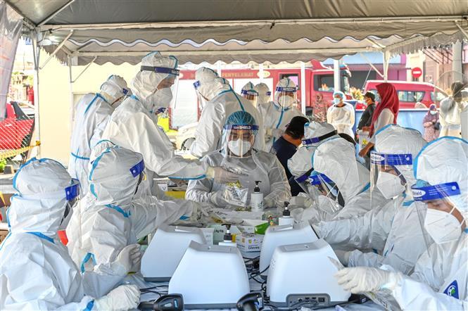 Nhân viên y tế làm việc tại điểm xét nghiệm COVID-19 ở Petaling Jaya, bang Selangor, Malaysia, ngày 21/2/2021. Ảnh: THX/ TTXVN