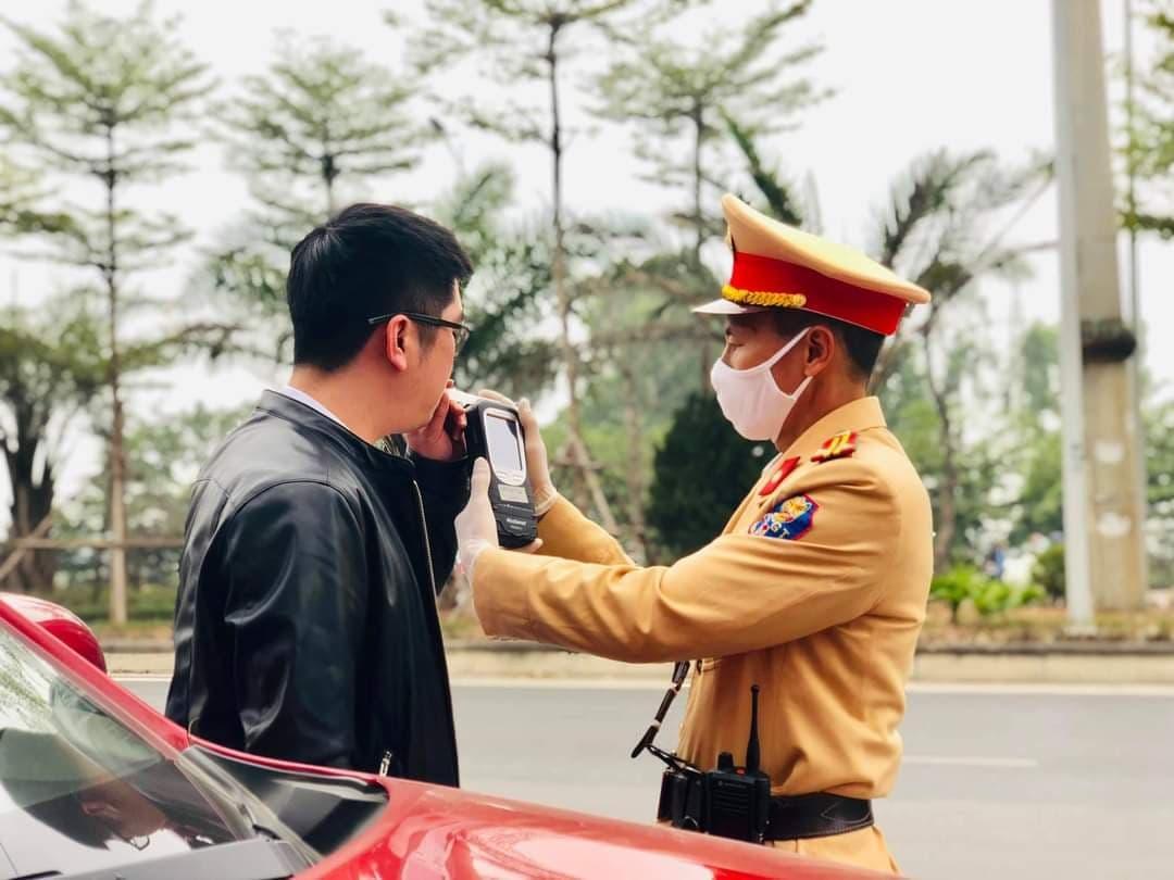 Lực lượng CSGT kiểm tra nồng độ cồn lái xe. Ảnh: tư liệu