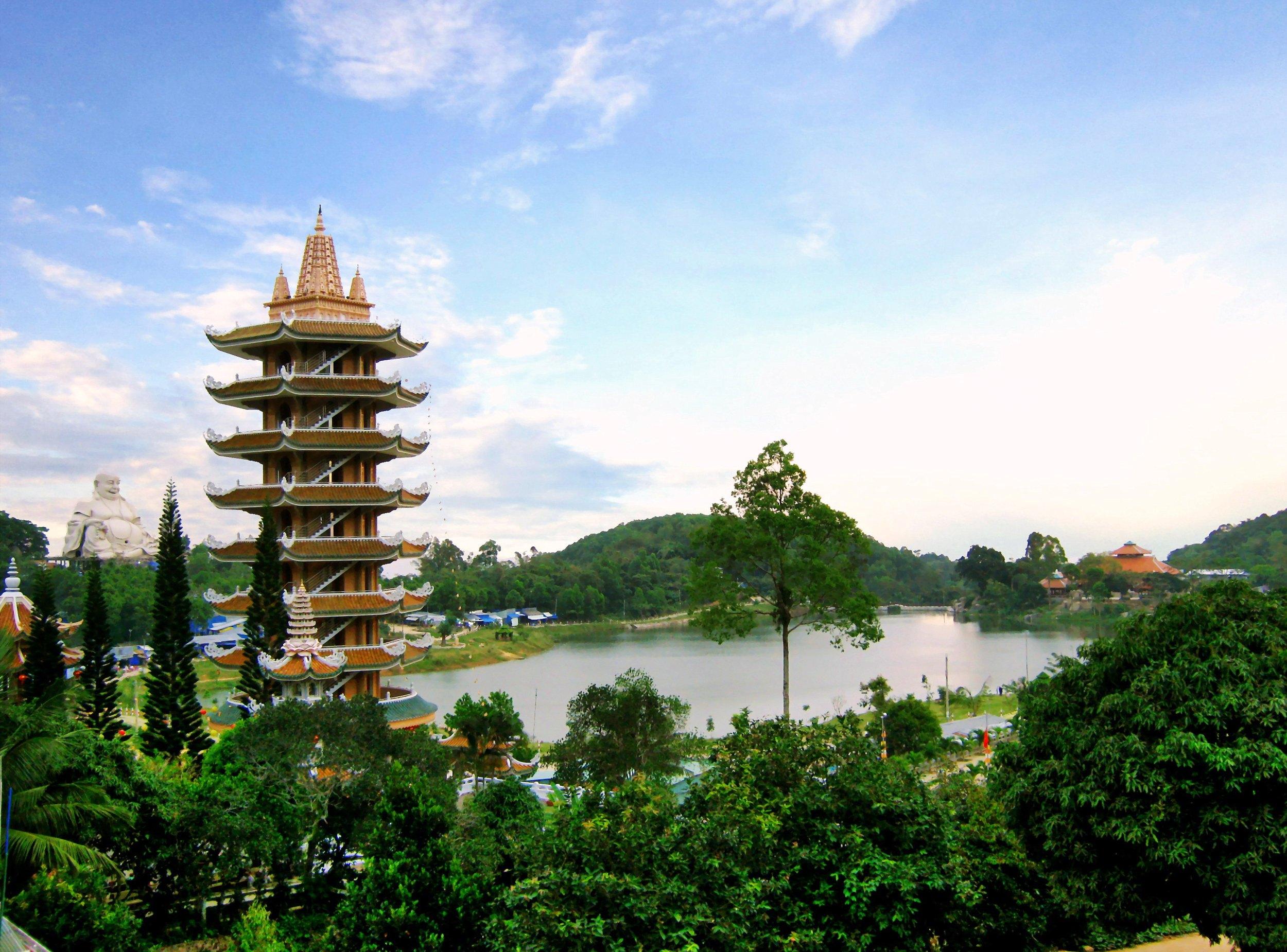 Chợ Mây nằm cạnh hồ Thủy Liêm, phía sau là tượng Phật Di Lặc, một bên là chùa Vạn Linh trên đỉnh núi Cấm.