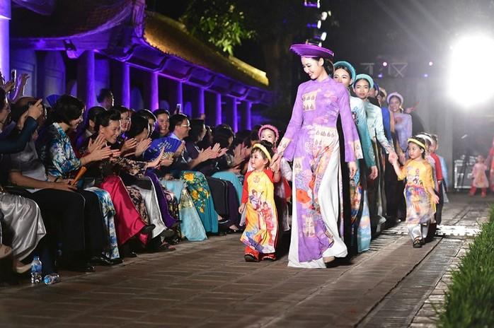 """Trình diễn """"Áo dài - di sản văn hóa Việt Nam"""" tại Văn Miếu - Quốc Tử Giám hồi tháng 6 năm 2020"""