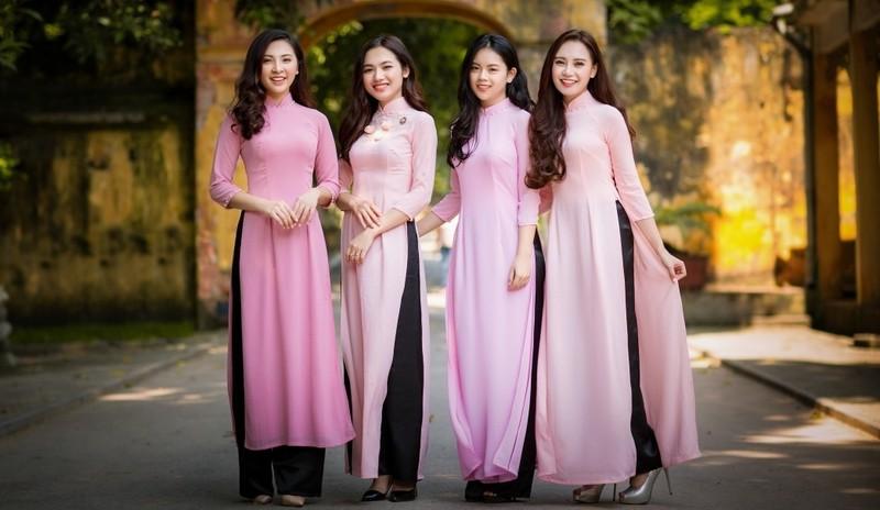 Những tà áo dài tôn lên vẻ đẹp dịu dàng của người phụ nữ Việt Nam