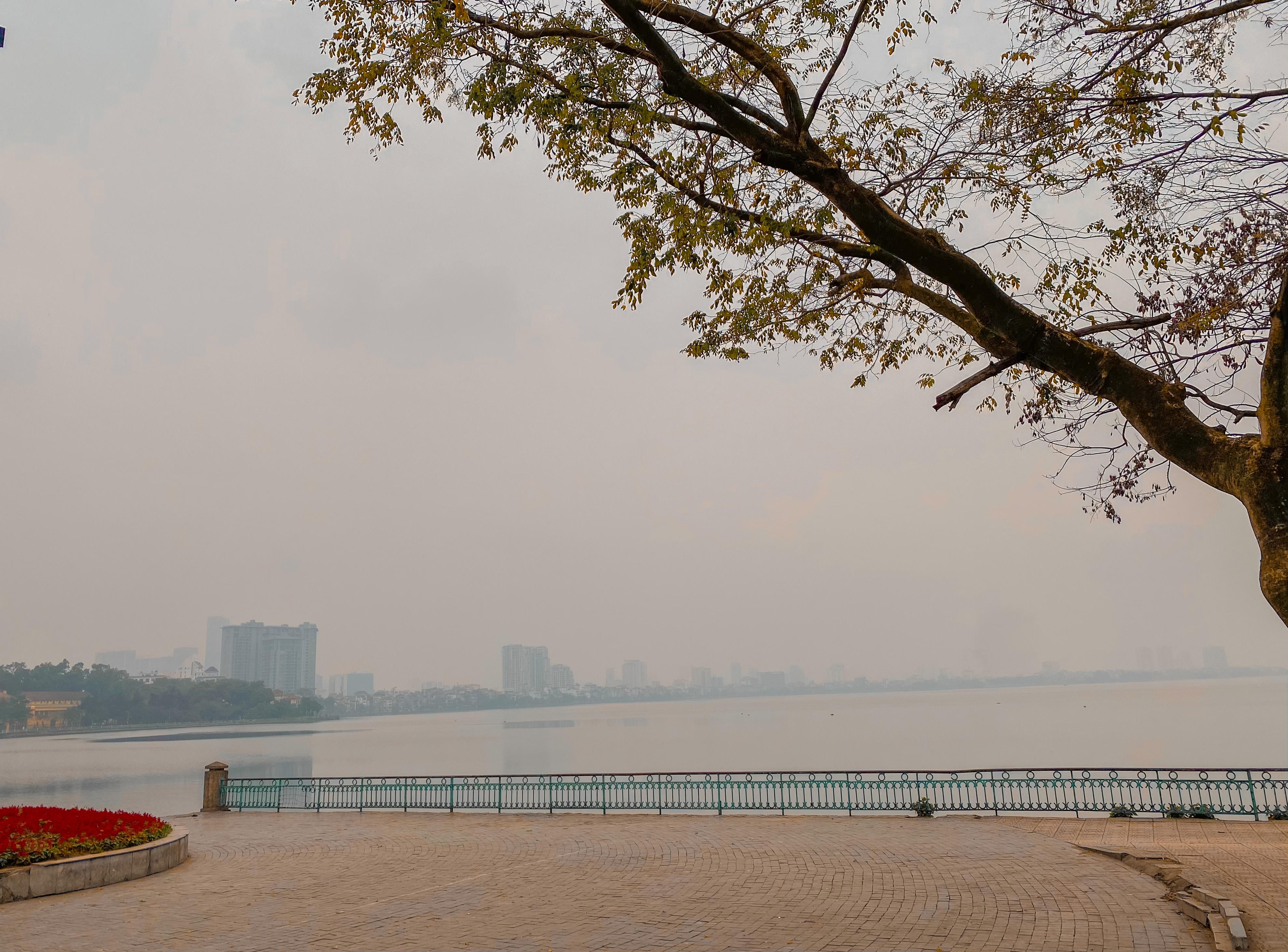 Thời tiết thủ đô Hà Nội nhiều mây, có mưa nhỏ vài nơi. ( Ảnh: Hằng Nga)