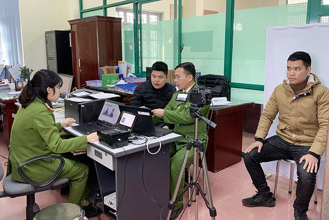 Cán bộ Phòng Cảnh sát Quản lý hành chính về TTXH Công an tỉnh Lạng Sơn đang làm thủ tục cấp CCCD gắn chíp điện tử cho công dân.